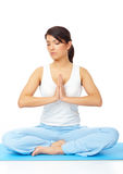 Junge Frau, die Yogaübung auf Matte tut Stockbild