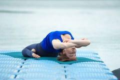 Junge Frau, die Yogaübung auf Matte 24 tut Stockbilder