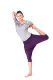 Junge Frau, die Yogaübung Natarajasana tut (Lord des Tanzes Lizenzfreie Stockfotos