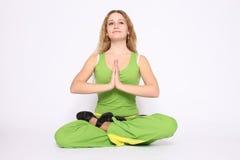 Junge Frau, die Yogaübung tut Lizenzfreies Stockbild