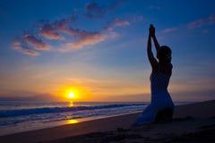 Junge Frau, die Yogaübung tut Stockbild