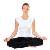 Junge Frau, die Yogaübung tut lizenzfreie stockfotos