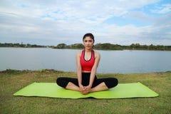 Junge Frau, die Yogaübung tut Lizenzfreie Stockfotografie