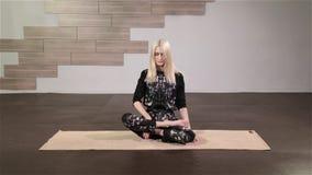 Junge Frau, die Yogaübung tut stock video
