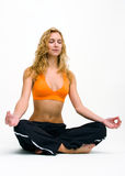 Junge Frau, die Yogaübungen bildet Stockbilder