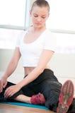 Junge Frau, die Yogaübungen tut Stockfoto