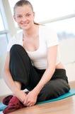Junge Frau, die Yogaübungen tut Stockbilder