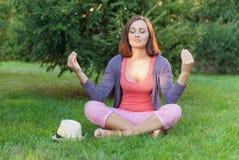 Junge Frau, die Yogaübungen tut Stockfotografie