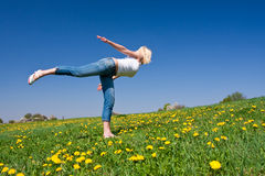 Junge Frau, die Yoga ausübt Stockfotografie
