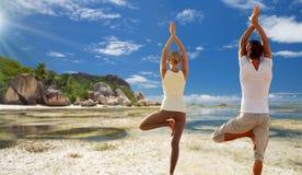 Junge Frau, die Yoga Baum draußen aufwerfen lässt Stockfotos