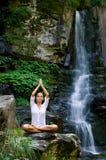 Junge Frau, die Yoga in der Natur tut Stockbilder