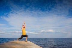 Junge Frau, die Yoga-Haltung tut Lizenzfreie Stockbilder
