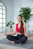Junge Frau, die Yoga im Morgenpark tut Lizenzfreie Stockfotos