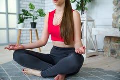 Junge Frau, die Yoga im Morgenpark tut Lizenzfreie Stockfotografie