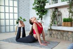 Junge Frau, die Yoga im Morgenpark tut Lizenzfreies Stockbild