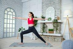 Junge Frau, die Yoga im Morgenpark tut Stockfotografie