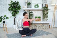 Junge Frau, die Yoga im Morgenpark tut Stockfotos
