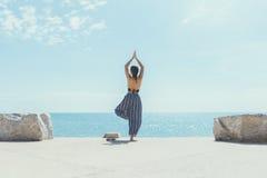 Junge Frau, die Yoga im Strand tut Lizenzfreies Stockbild