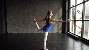 Junge Frau, die Yoga tut Übendes Yoga der Frau in einem Studio zuhause Übendes Yoga der jungen Schönheit mit Berg stock video