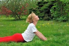 Junge Frau, die Yoga tut Lizenzfreie Stockfotografie