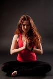 Junge Frau, die Yoga tut Stockfotografie