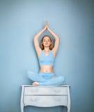 Junge Frau, die Yoga tut Stockbild