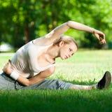 Junge Frau, die Yogaübung tut Stockfotos