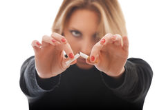 Junge Frau, die Zigarette bricht Lizenzfreies Stockbild