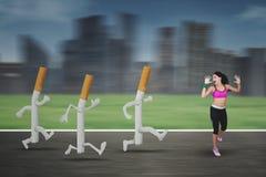 Junge Frau, die Zigaretten ablehnt Stockfotografie