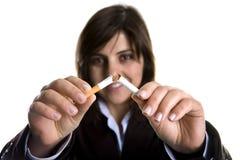 Junge Frau, die Zigarre - Anti-tobaco Konzept bricht lizenzfreies stockfoto