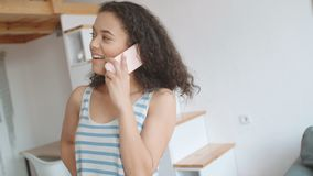Junge Frau, die zu Hause Handy verwendet stock video