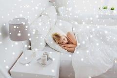 Junge Frau, die zu Hause im Schlafzimmer des Betts schläft Stockbild