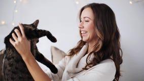 Junge Frau, die zu Hause mit Katze spielt stock video