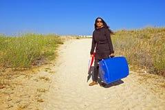 Junge Frau, die zu ihrem Feiertagsbestimmungsort reist Stockbild