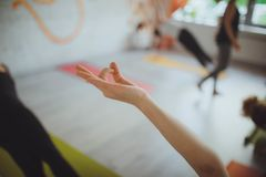 Junge Frau, die zuhause meditiert stockbild
