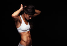 Junge Frau, die zum Training fertig wird Stockfoto