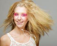 Junge Frau, die zur Musik auf ihren Kopfhörern tanzt Stockfoto