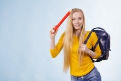 Junge Frau, die zur Schule geht Stockfotos