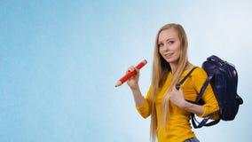 Junge Frau, die zur Schule geht Lizenzfreies Stockfoto