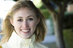 Junge Frau draußen lizenzfreies stockfoto