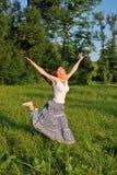 Junge Frau draußen Stockfoto