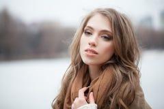 Junge Frau draußen auf weißem Hintergrund lizenzfreies stockbild