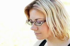 Junge Frau, draußen im Sonnemesswert Stockfoto