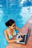 Junge Frau draußen mit Laptop Stockbilder