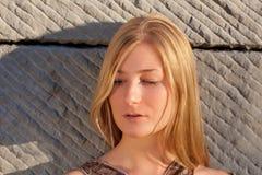 Junge Frau draußen am Sonnenuntergang Stockbilder
