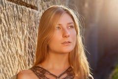 Junge Frau draußen am Sonnenuntergang Lizenzfreie Stockfotografie
