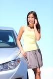 Junge Frau durch Auto auf Handy Lizenzfreie Stockfotografie