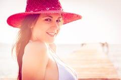 Junge Frau durch das Meer Lizenzfreie Stockbilder