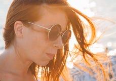 Junge Frau durch das Meer Stockbilder