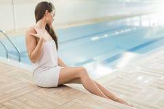 Junge Frau durch das Pool Stockbild